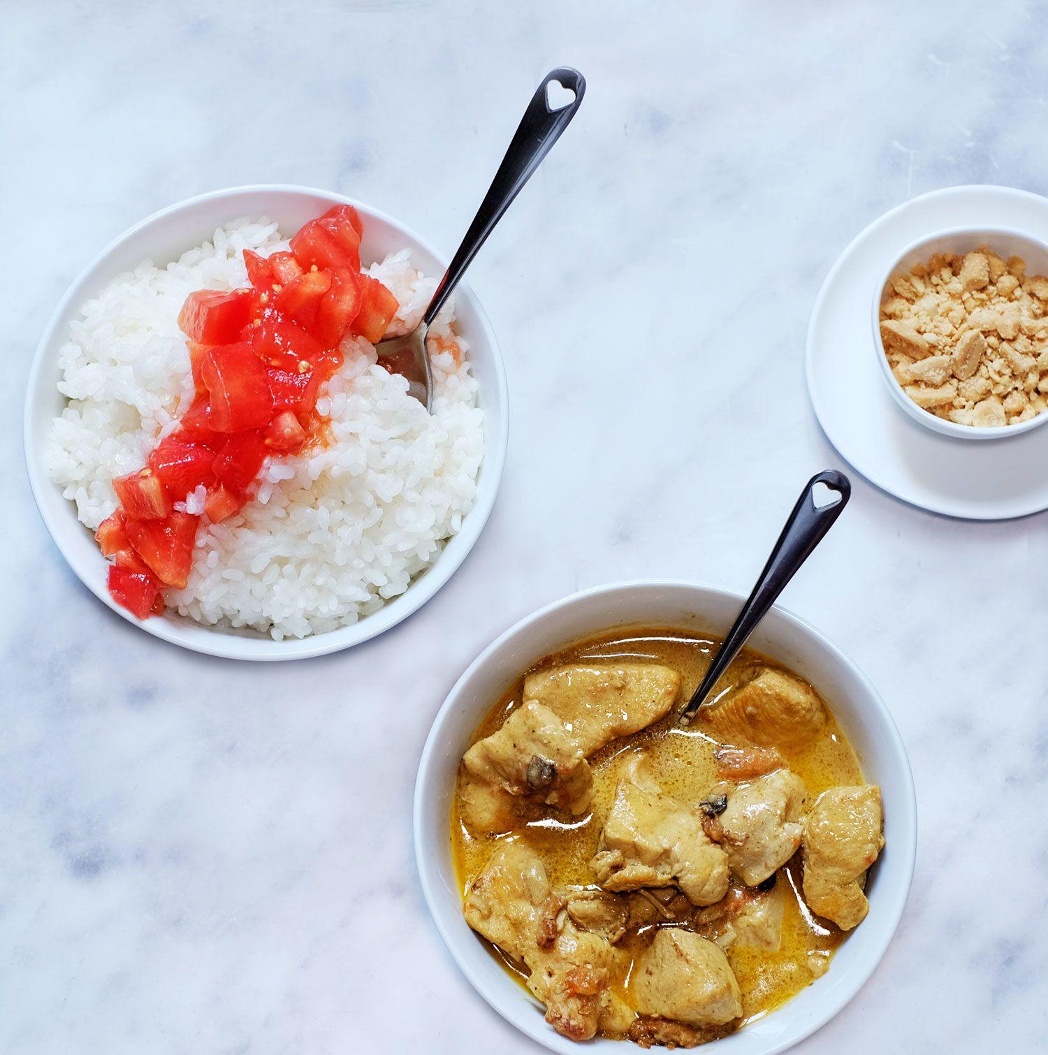 Curry de poulet au lait de coco, rougail de tomates et arachides