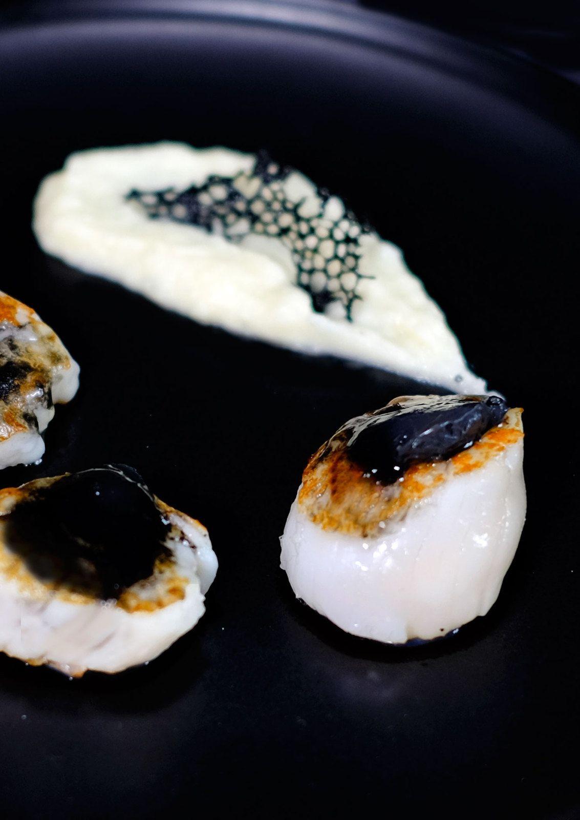 Saint-Jacques snackées au beurre de caviar et purée de chou fleur