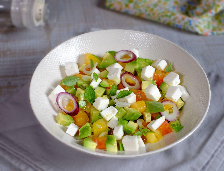 Salade de tomates à l'avocat et fromage de chèvre frais