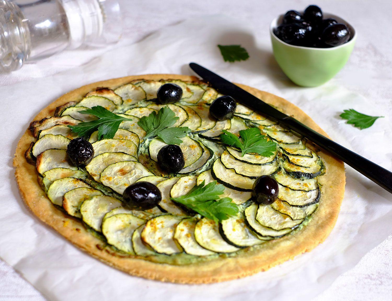 Tarte aux courgettes, ricotta au persil, pâte au curry et olives noires