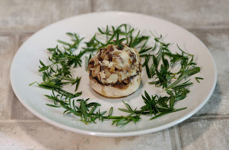 Champignons farcis aux champignons, fromage de chèvre et noix