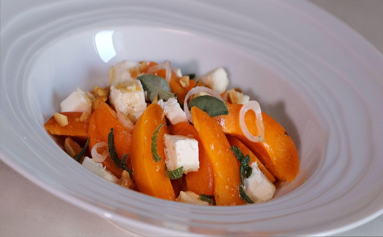Salade d'abricots au chèvre frais et sauge, huile de cacahuètes grillées