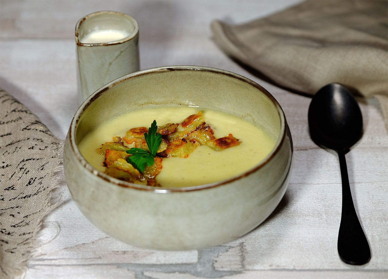 Velouté au céleri rave, poireaux, pommes de terre et ravioles de Romans