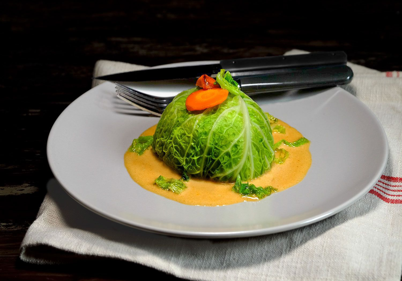 Chou vert farci aux crevettes, sauce lait de coco-curry