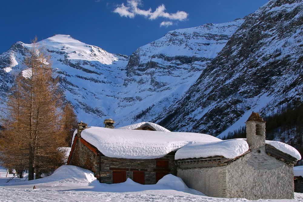 Pour vous situer, direction le haut-plateau mauriennais en Savoie. La station de Bessans est à 1750 mètres d'altitude entourée de sommets grandioses culminant à plus de 3000 mètres d'altitude et de glaciers. Dans cet environnement sublime, la qualité de l'enneigement est non seulement précoce mais aussi de qualité et ce, de novembre à avril. L'ensoleillement est aussi régulier et le froid constant en période hivernale.
