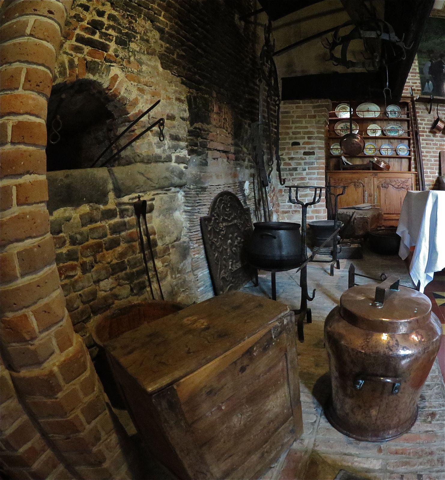 L'équipement le plus courant dans les fermes normandes est composé d'une crémaillière à laquelle est suspendu le chaudron, d'une marmite à trois pieds pour la cuisson dans la braise ou encore d'une paire de chenets supportant les bûches. © Photo : Henry SALAMONE