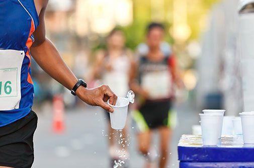 Notre conseil : En partant bien hydraté, il ne sera pas d'une importance capitale de boire pendant une course d'une heure ou moins. Cependant, si la température est humide et chaude, ou si vous courrez plus d'une heure, il vous faudra boire des liquides, soit de 7 à 10 ml par kilogramme de votre poids corporel par heure.