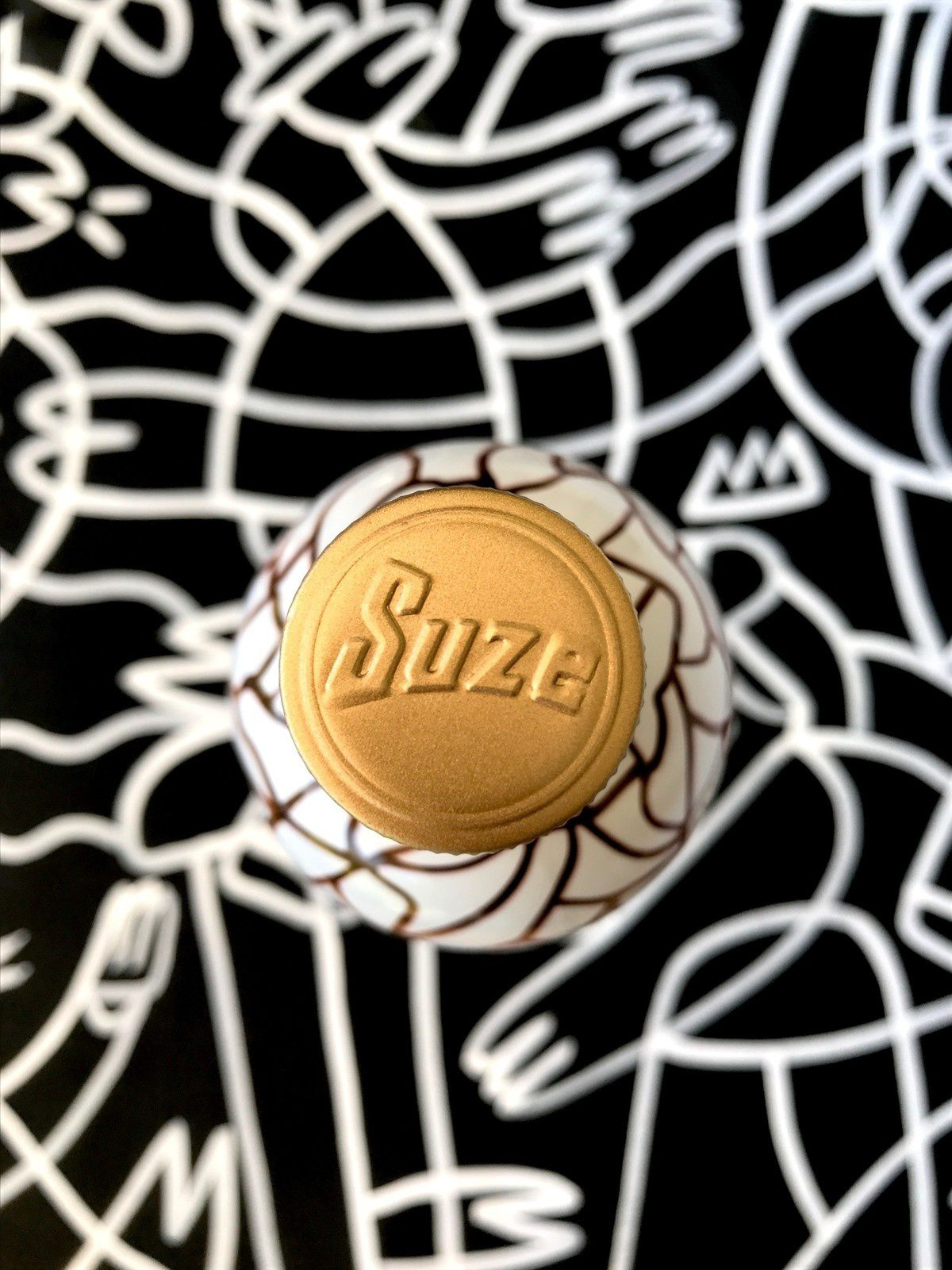 Edition limitée 2017 de la bouteille de Suze (groupe Pernod), inspirée de l'univers de la glisse (spiritueux) I Design : Agence 1969 x Lucas Beaufort (artiste plasticien amateur de street art), Paris (novembre 2017)