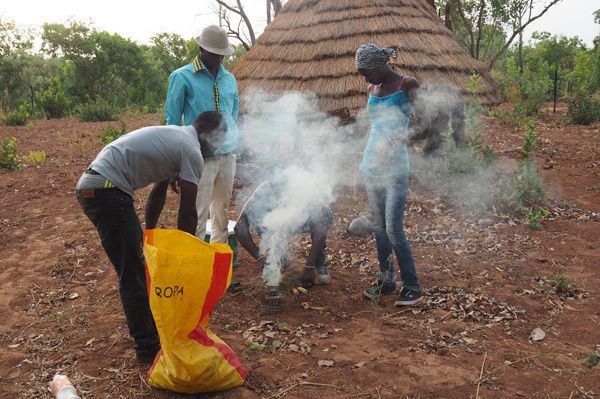 Premier épreuve, l'allumage de l'enfumoir. Là je m'incline, les sénégalais sont beaucoup plus doués que les toubabs pour allumer un feu !