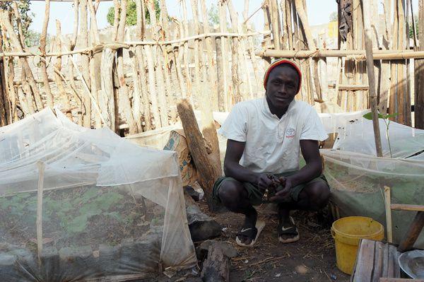 Noumouké Kouyate, Dar Salam, Senegal. Chanteur, artisan, jardinier, Noumouké a l'âme d'un artiste et des idées plein la tête. Il aura guidé le montage du film du début à la fin avec un soucis permanent du travail bien fait.