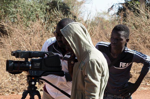 De gauche à droite. Ibrahima Dione (Parc National du Niokolo Koba), Beau Ndiaye (Dakar), Abdou Cissokho (Dar Salam). Dione, chef de poste de Simenti dans le Niokolo kobal, il accompagne le groupe depuis l'année dernière et fait le lien entre l'association et le Parc. Beau, petit frère d'Oumar et en cours de formation en informatique, suit aussi Kambeng depuis un an. Abdou est le plus jeune du groupe, très joueur, il aura assuré naturellement le rôle de trublion.