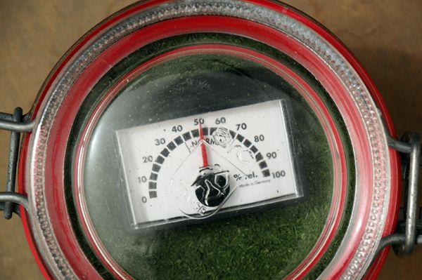 Mon hygromètre indique un pourcentage de 50%, ce qui est tout à fait correct. A poudre peut donc se conserver 1 an sans problème