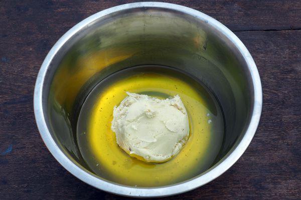Dans un bol, mélangez les huiles et le beurre de karité.