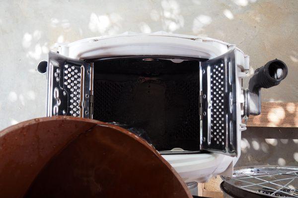 Remplissez la cuve avec de l'eau tiède (moi elle est juste chauffée au soleil à 40°C). N'en mettez pas trop, sinon la cuve sera très lourde à tourner.