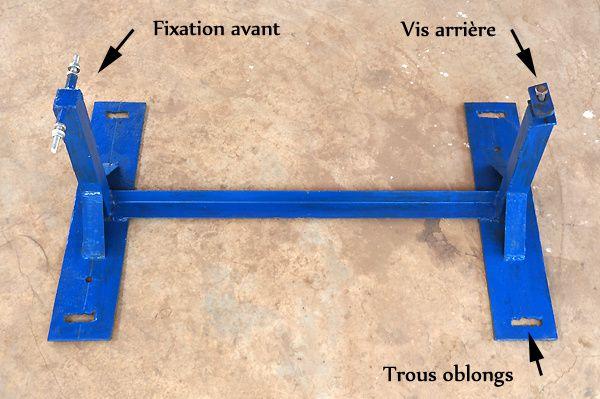 Support fabriqué spécialement par un menuisier métallique. Notez sur les platines les trous oblongs qui permettront de régler plus tard la distance entre le vélo et la cuve, et donc de tendre la courroie.