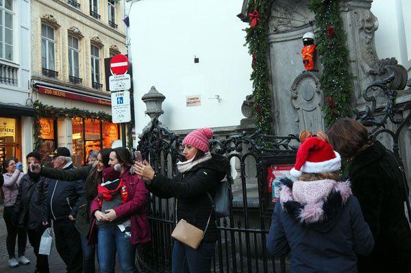 A Bruxelles, les gens prennent des selfies devant une barrière… bizarre ces toubabs…