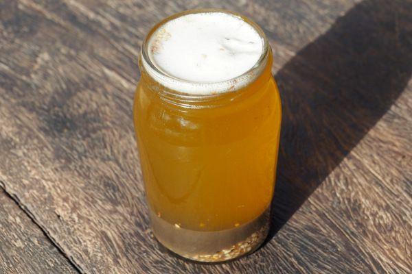 On observe alors une huile jaune dorée en surface, et les impuretés au fond. La mousse en surface disparaît rapidement