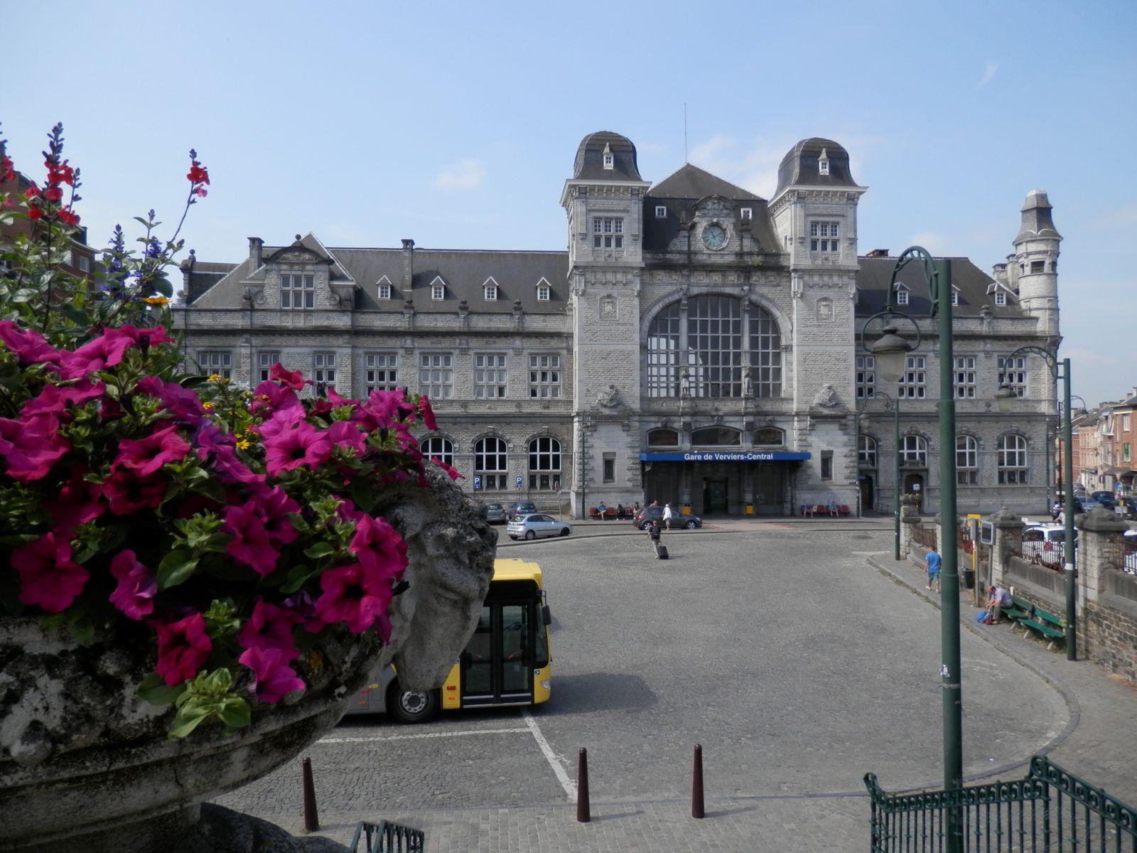La gare de Verviers-Central, photographiée le 15 juillet 2013.  Trois mois plus tard, la vaste esplanade qui accueille la gare des bus va se transformer en véritable chantier...