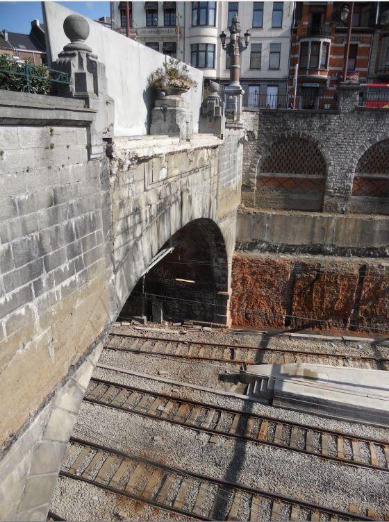 Derrière ce mur de béton, déjà tagué (!), les navetteurs prenaient l'escalier qui descendait au-dessus de l'entrée du tunnel.