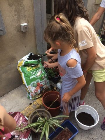 A la cuilllère ou à la petite pelle de jardin, les enfants s'activent !