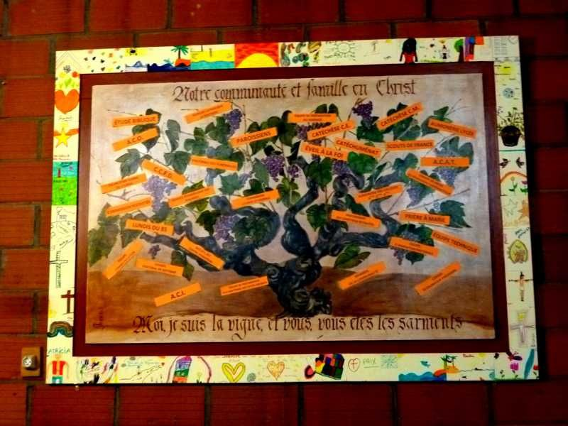 Le tableau de la vigne et ses sarments est posé sur le mur à la place du celui de la Vierge