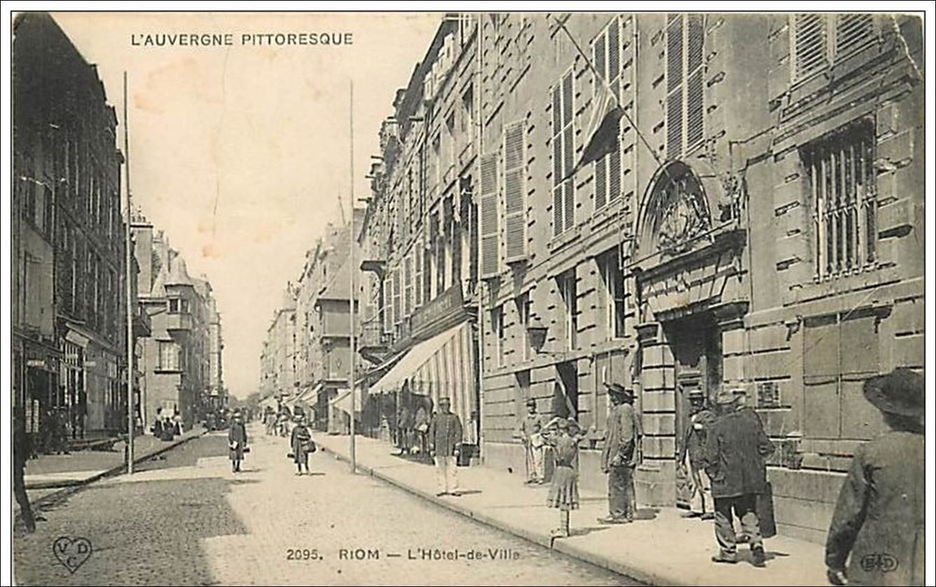 Les villes du Puy de Dome:Rue Hotel de ville à Riom