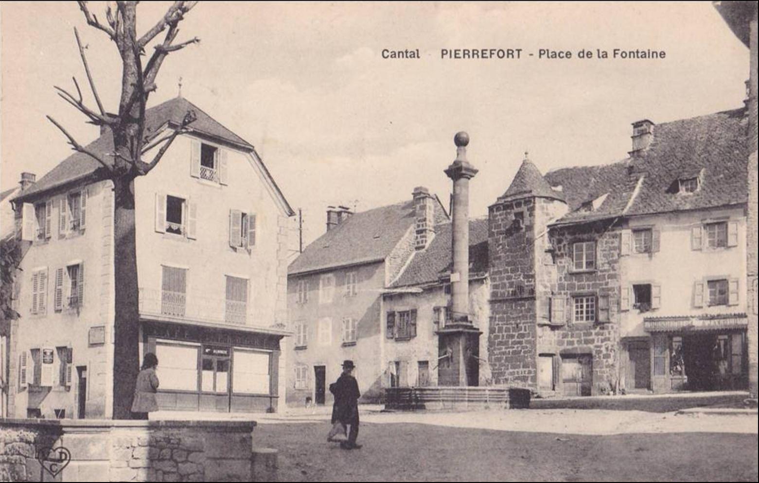 Monument,croix,place de la fontaine et lavoir à  Pierrefort