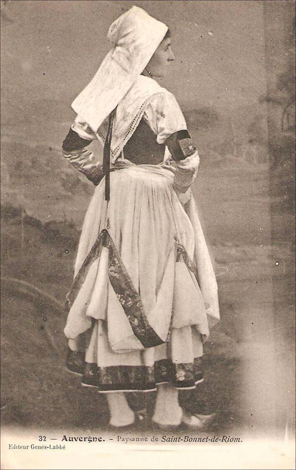 Le nom de Brayaud a été donné en raison d'un costume traditionnel, sorte de culotte étroite couvrant le corps de la ceinture aux genoux, appelé braye ou braie.