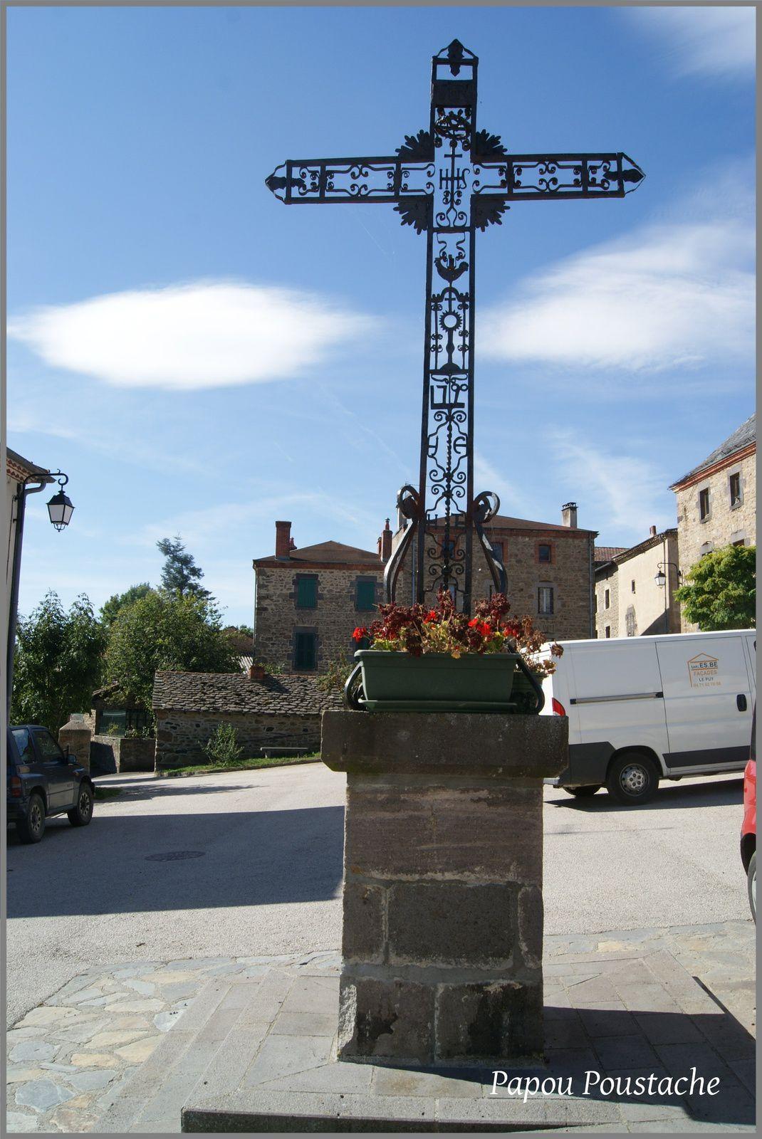 Monument et croix à Ally