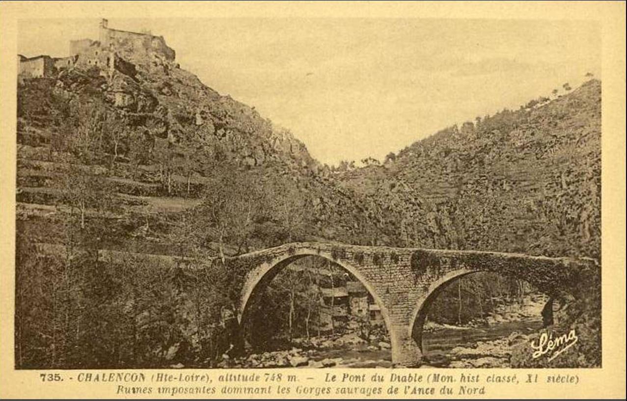 On peut voir sur ces photos des habitations derrière le pont à ce jour il ne reste que des ruines