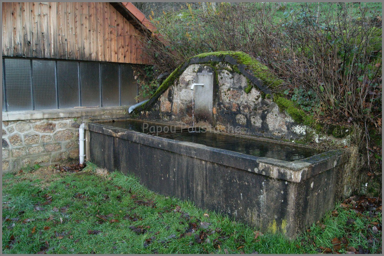Le poids du village,puits,fontaines et l'église
