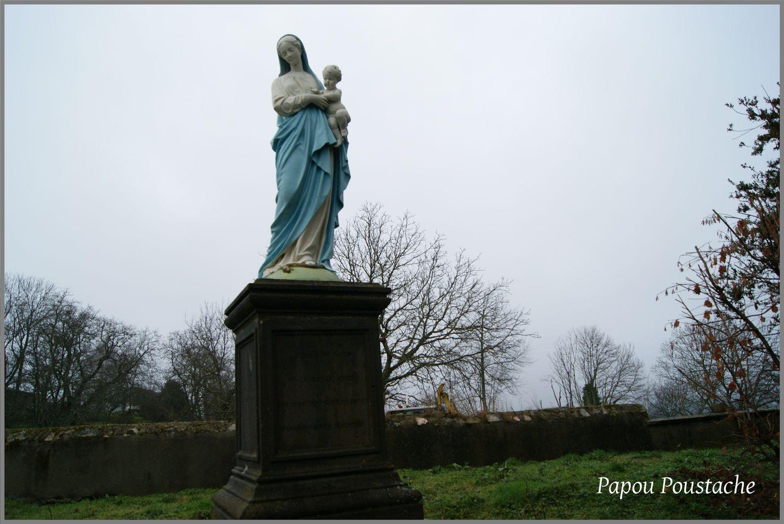 Vierge,Monument et croix à Lachaux