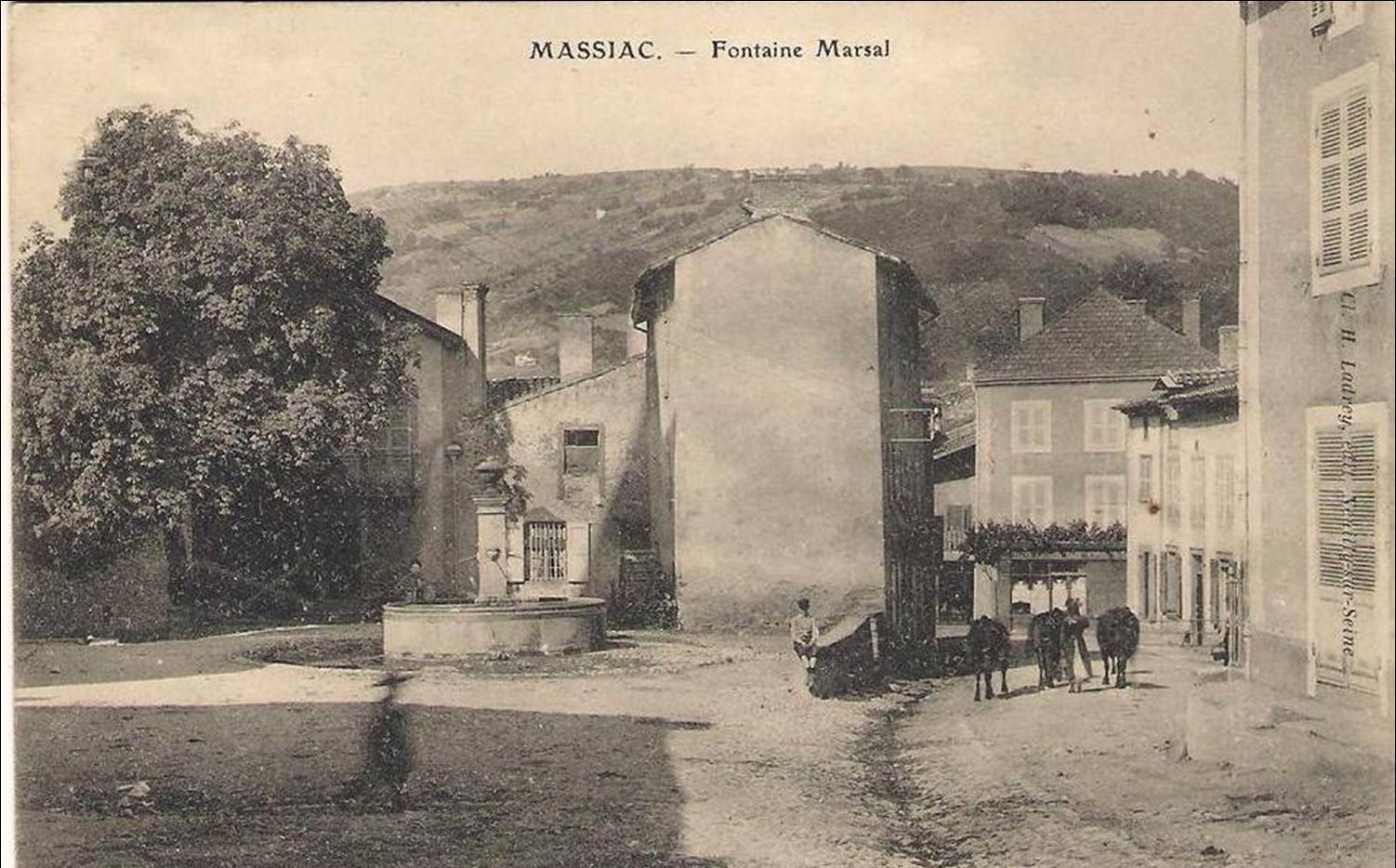 Le monument,la bascule  et les fontaines à Massiac