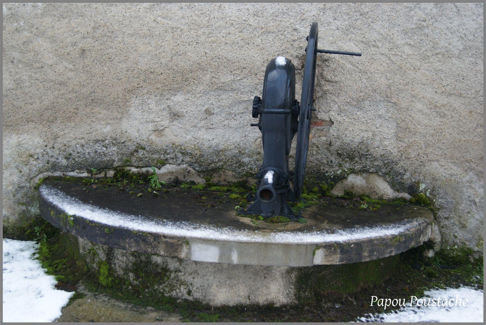 Fontaine et croix au Village des Pradeaux