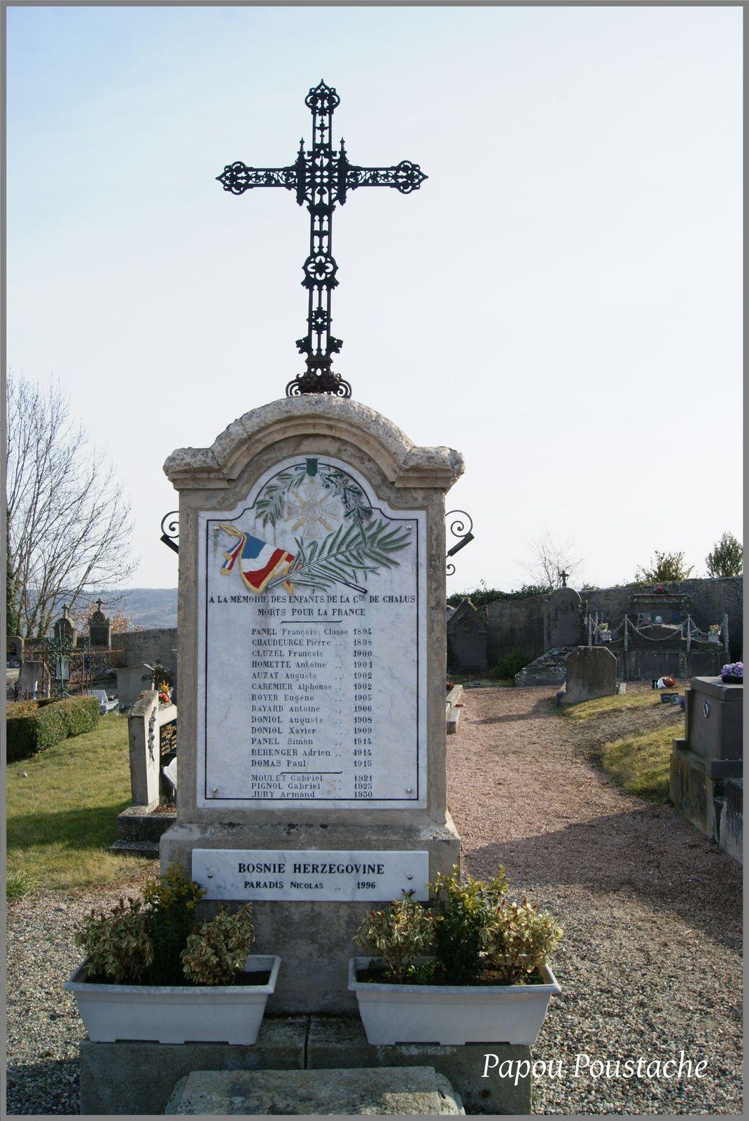 Monument aux morts et croix à Chalus