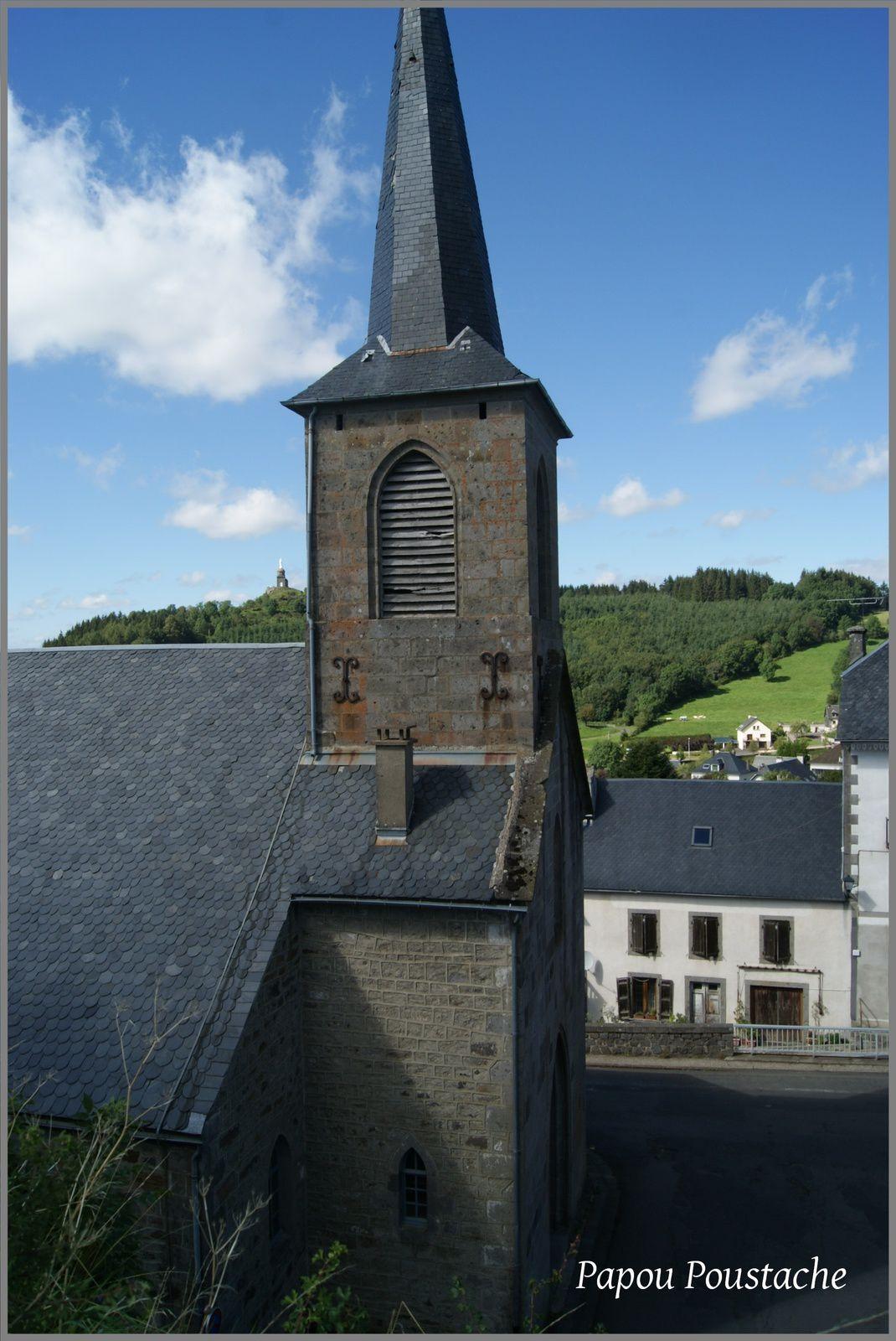 Kiosque, eglise et fontaine à La Tour d'Auvergne