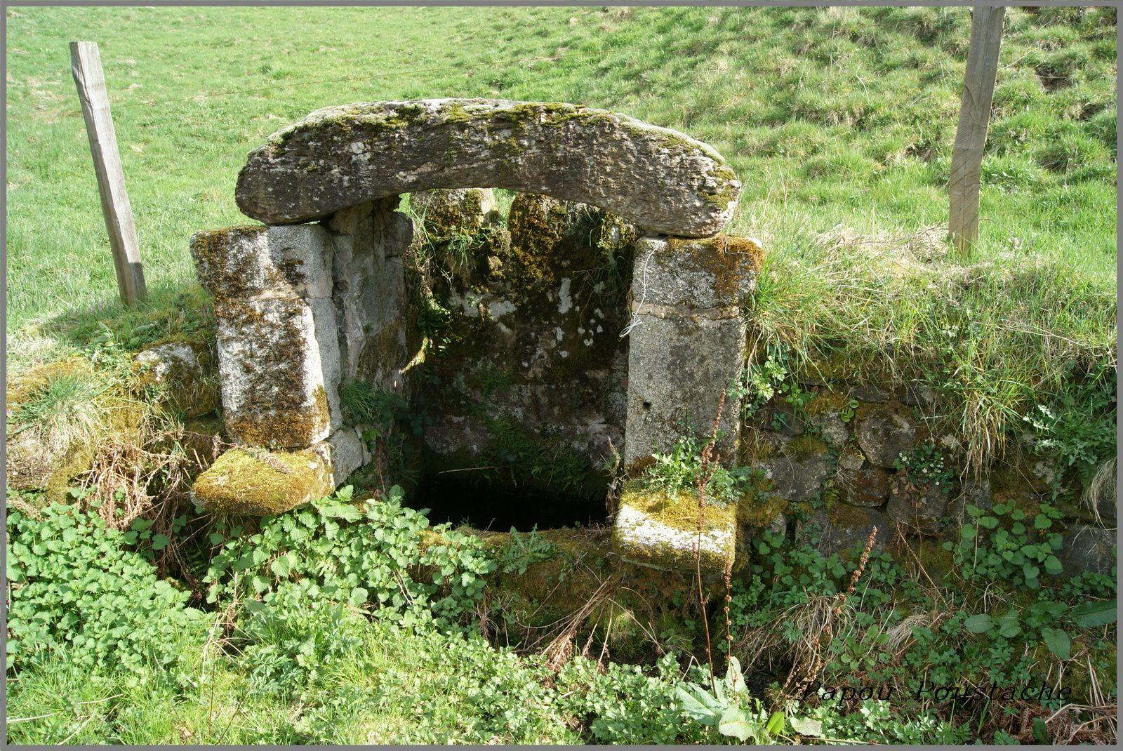 Monument,fontaines et croix à Junhac Cantal