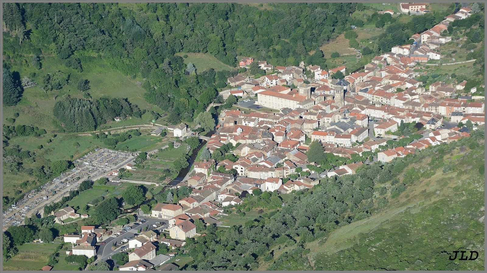 La vallée de l'Allagnon route de Massiac vue du ciel