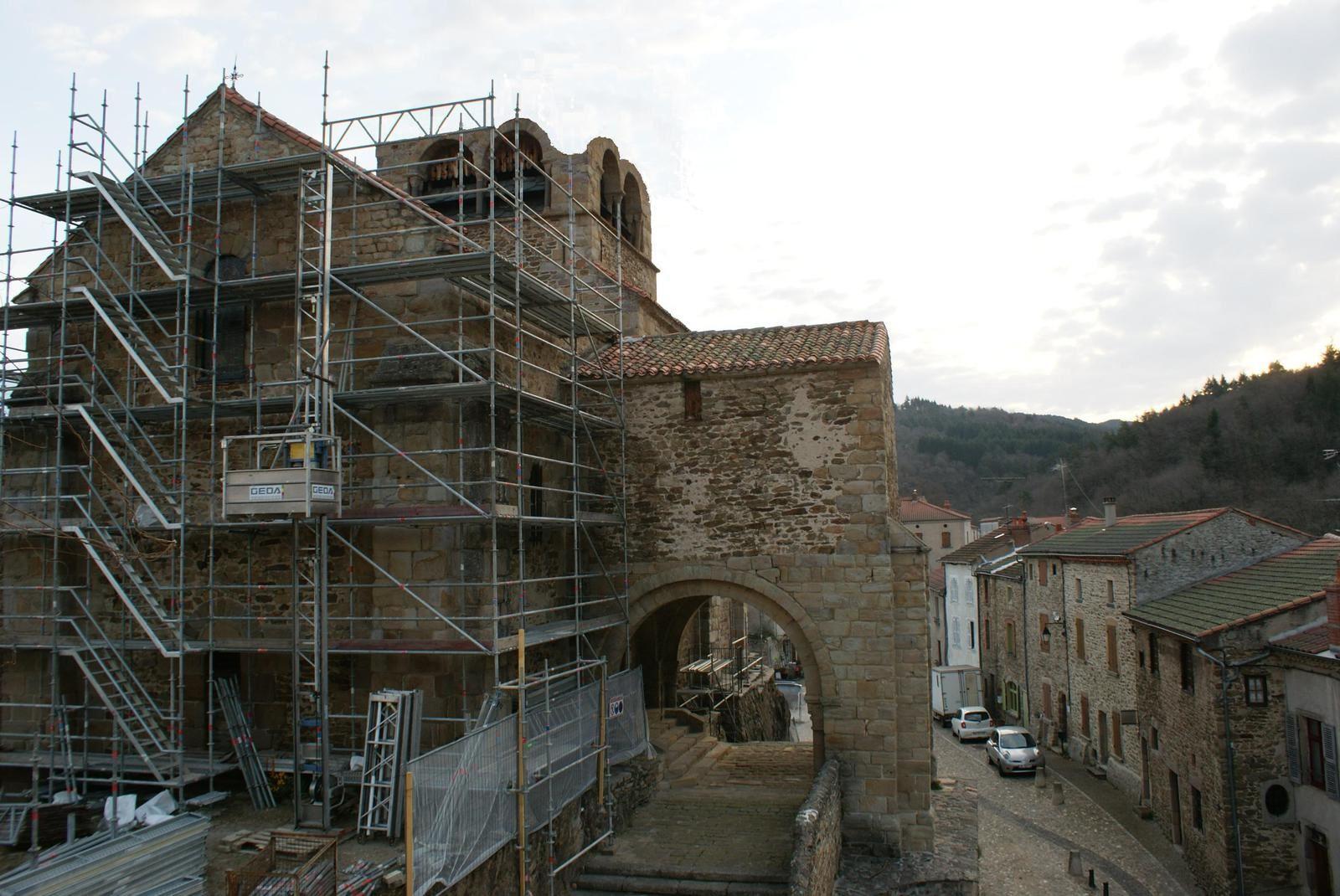 Auzon: Le clocher  de la collégiale emporté par une tourmillade