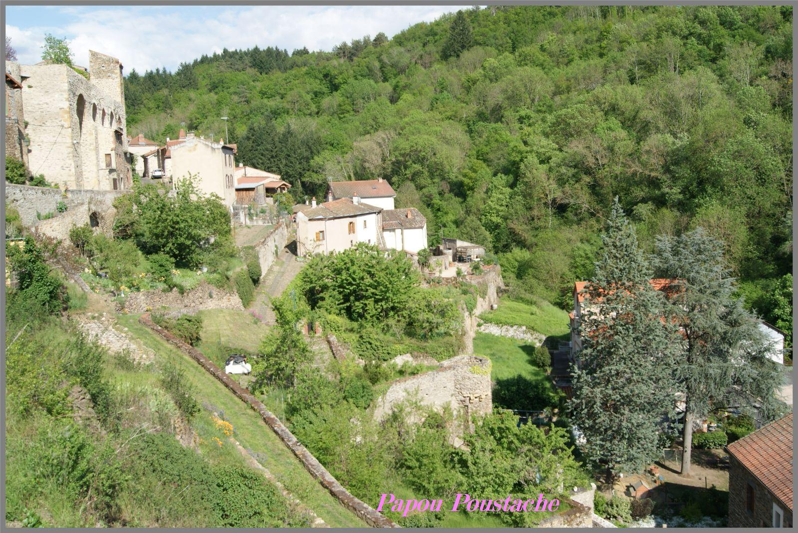 Le chemin de ronde au village de Auzon