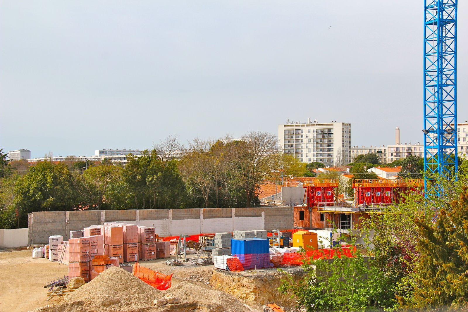 L'avancée de la première tranche, à doite de cette image, le second niveau de l'immeuble A5 s'élève progressivement..