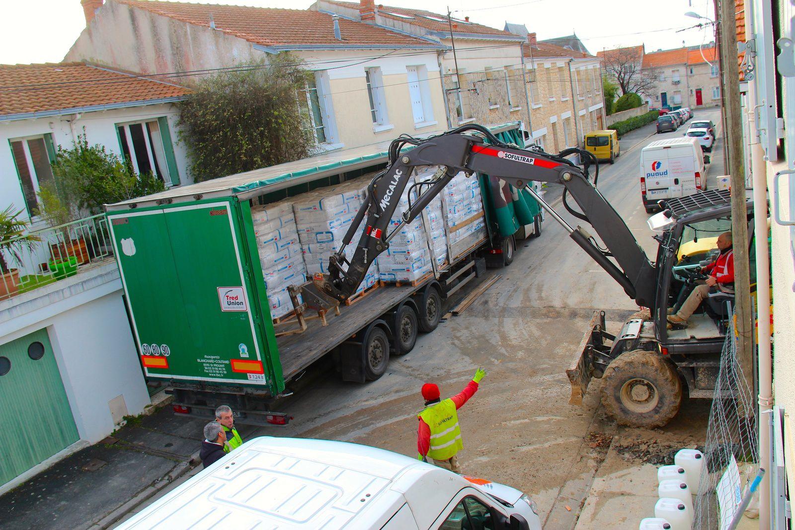 Et bien oui, cette action (photo du déchargement) s'est effectuée en laissant la rue en libre circulation. Pourquoi s'en priver ?