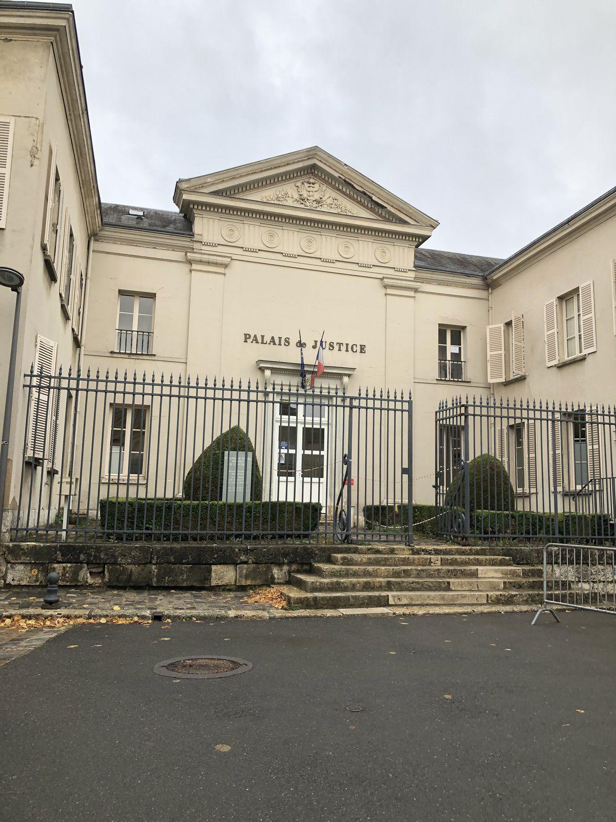 Chartres, Avocat outrage à agent