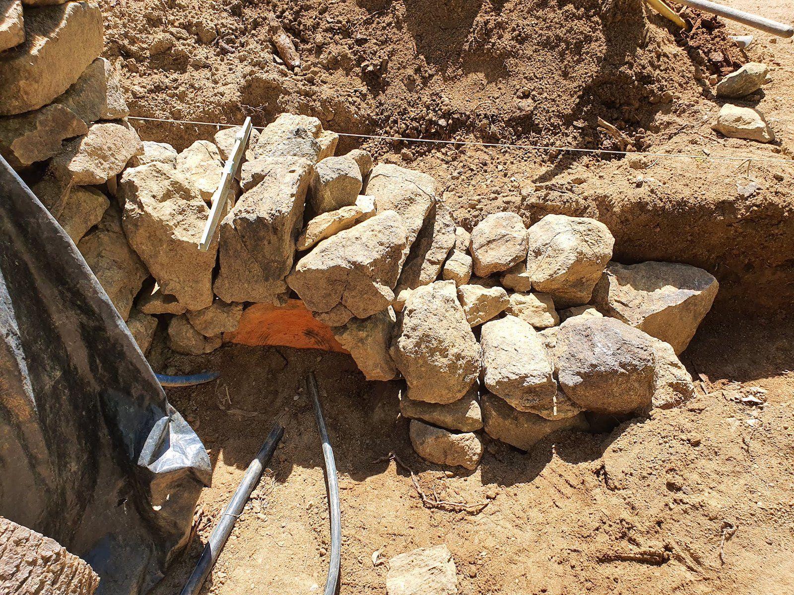 Mur du fond puis petite voûte à l'avant avec coffrage-tronc pour ne pas écraser les tuyaux