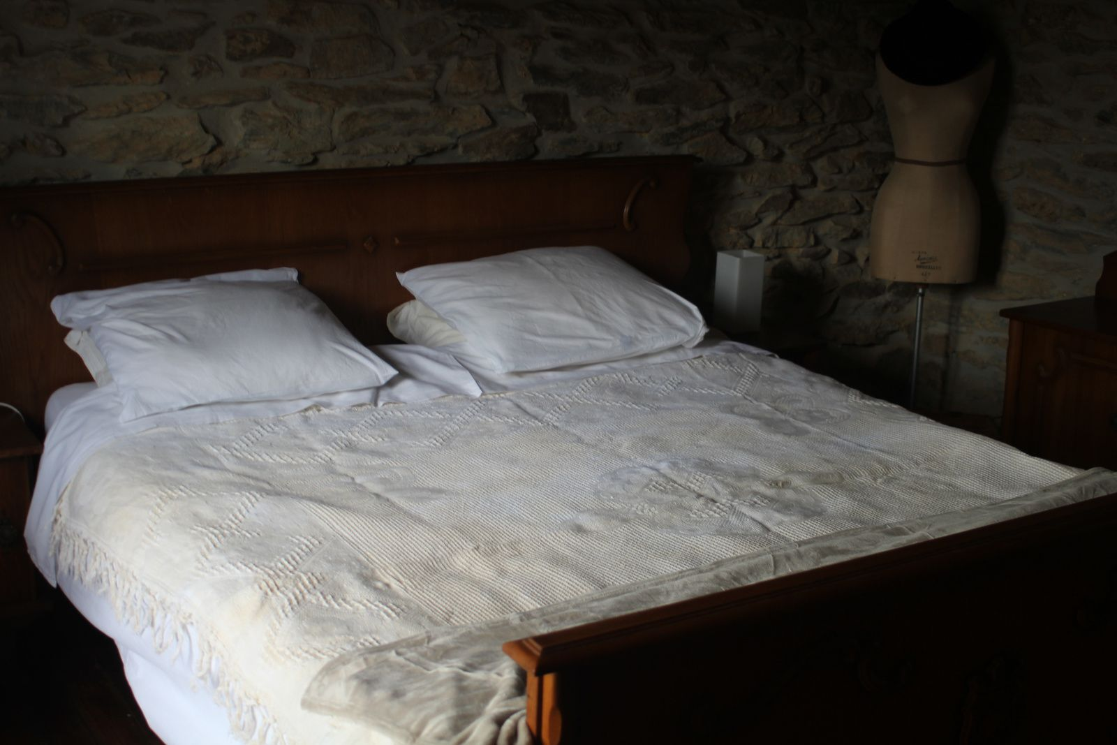 """On voit mieux le couvre-lit """"blanc"""" / We see better the """"white"""" bedcover"""