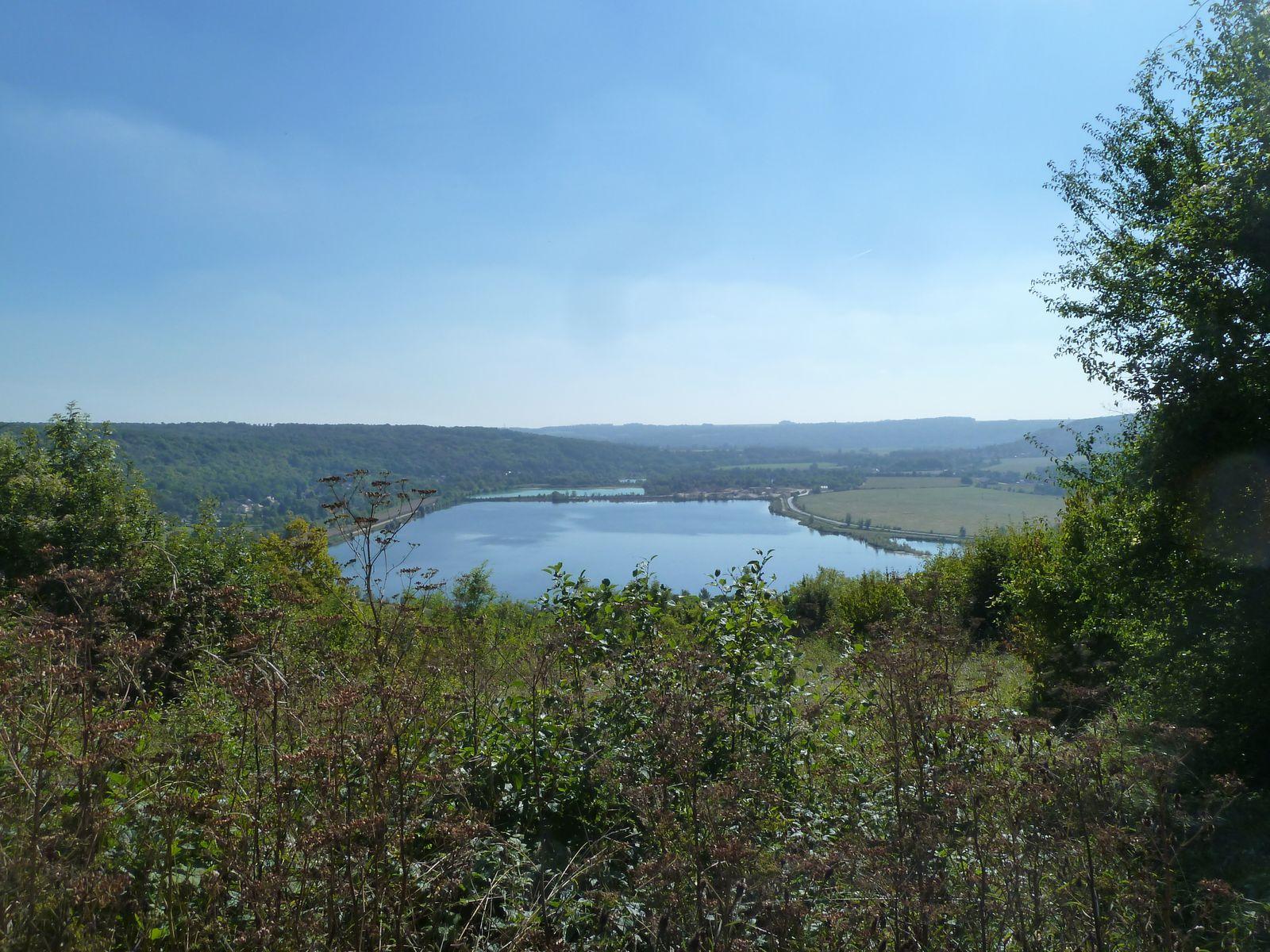 Après une belle grimpette.. pas une montagne... nous découvrons un endroit magnifique qui surplombe un méandre de la Marne et un étang nommé Les Dessous de Messy, formé par une sablière.