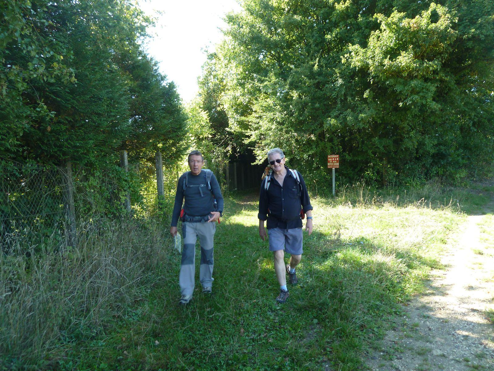 Gérard et Gilbert, notre guide sortant du bois appelé Moitiébard.