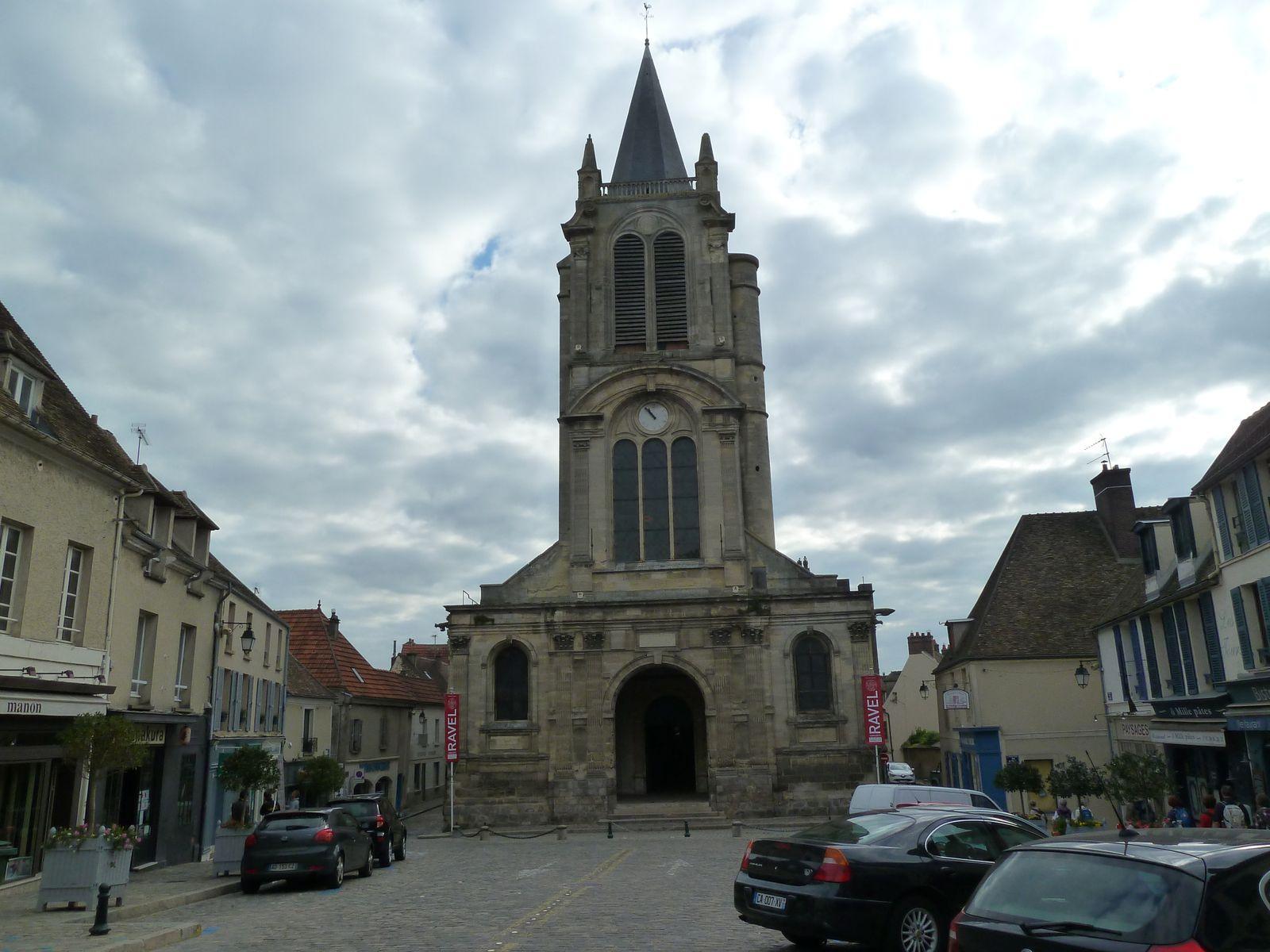 L'église Saint-Pierre des XV et XVIèmes siècles, d'une taille impressionnante et rare pour une petite cité, construite par Anne de Bretagne en lieu et place d'une église médiévale du XIème siècle. André de Foix, seigneur de Montfort de 1524 à 1540, amplifiera les aménagements entrepris sous le dernier règne breton. L'église est particulièrement intéressante par ses nombreuses gargouilles extérieures, ses clefs de voûtes pendantes et sculptées dans les bas-côtés….