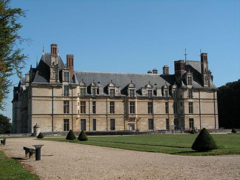 De Piscop, par le GR nommé Ceinture verte de l'île de France, Le Petit Brice, la plaine du Moulin, nous atteignons le Château d'Ecouen.