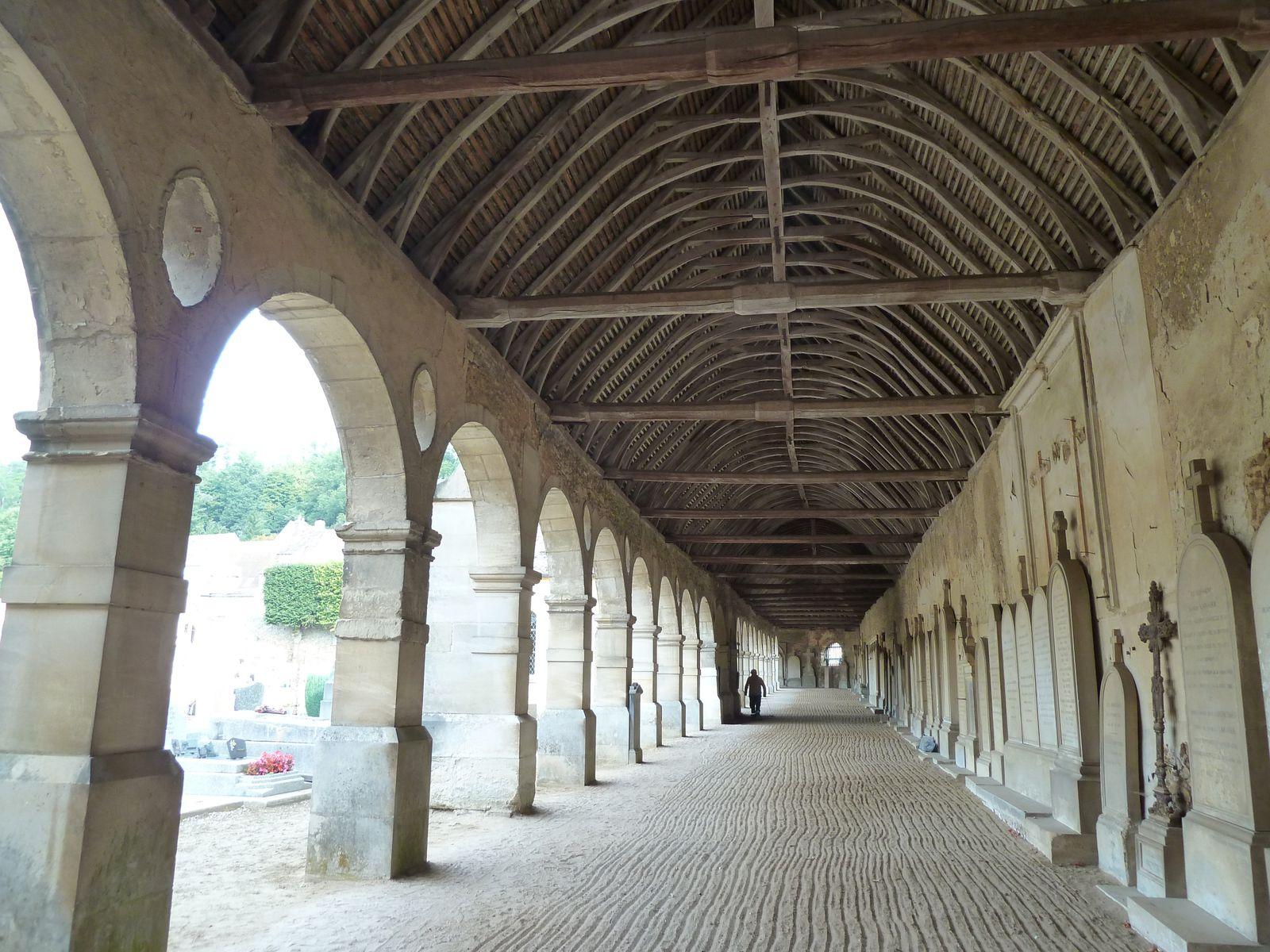 Les piliers de brique supportent les solives qui étaient destinées à supporter ,des planches sur lesquelles étaient entassés les ossements des morts qui avaient été enterrés à même la terre, s'où le noim de charnier.